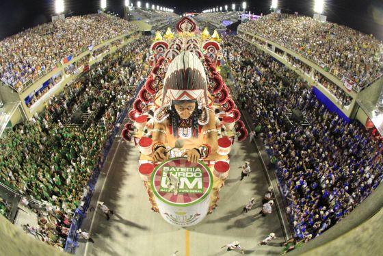 Rio's Sambaschulen erhalten die Traditionen des Karneval in Rio.
