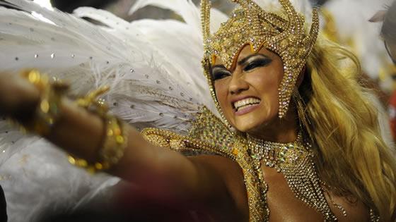 Tout sur l'Histoire du Carnaval de Rio. Apprenez comment la tradition du Carnaval de Rio et la Samba se sont implantés à Rio de Janeiro.