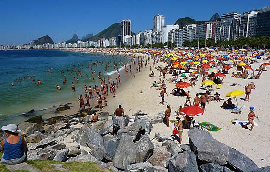 Der Copacabana Strand ist einer der von den Touristen meist besuchten Strände von Rio. Aber auch die Einheimischen gehen hier oft hin, und der Besuch lohnt sich.