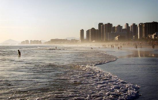 Der Strand von Barra da Tijuca, der längste Strand in Rio ist ideal für Wassersportarten wie Surfen und Kitesurfen.