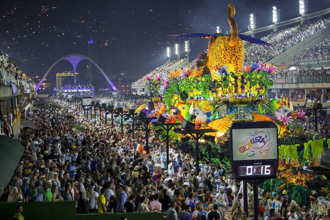 Escola de samba desfilando no sambódromo do Rio de Janeiro