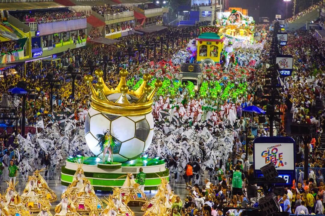 Escola de samba do grupo de acesso passando pelo sambódromo do Rio