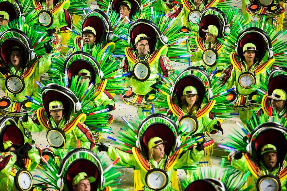 Alegoria de uma escola de samba desfilando no carnaval do Rio