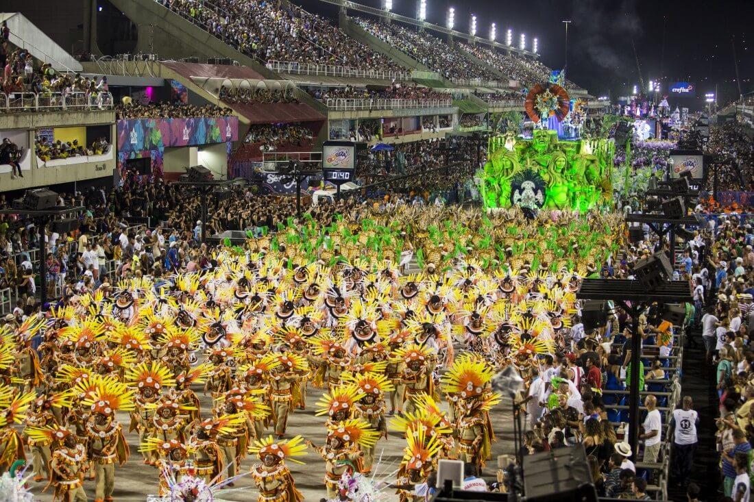 Escola de samba do grupo de acesso desfilando no carnaval do Rio